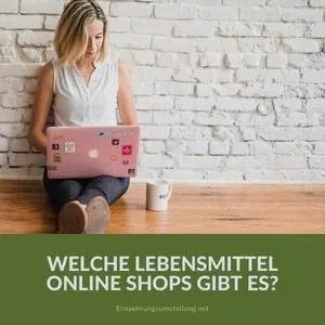 frauenbeine mit schlafanzughose, eine tasse tee und ein tablett. Text auf dem Bild: Lebensmittel Online Shops