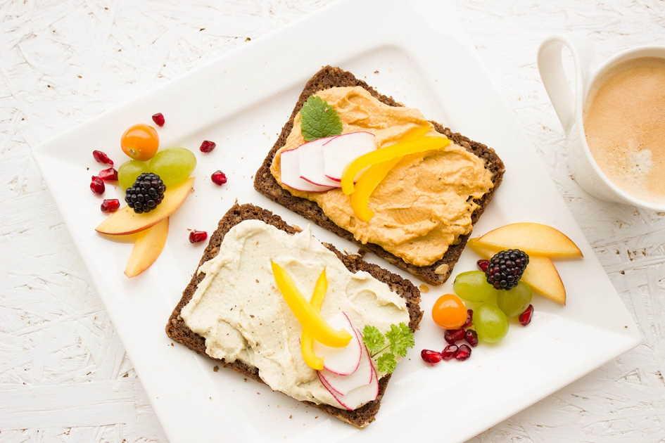 Brote mit veganen Brotaufstrichen