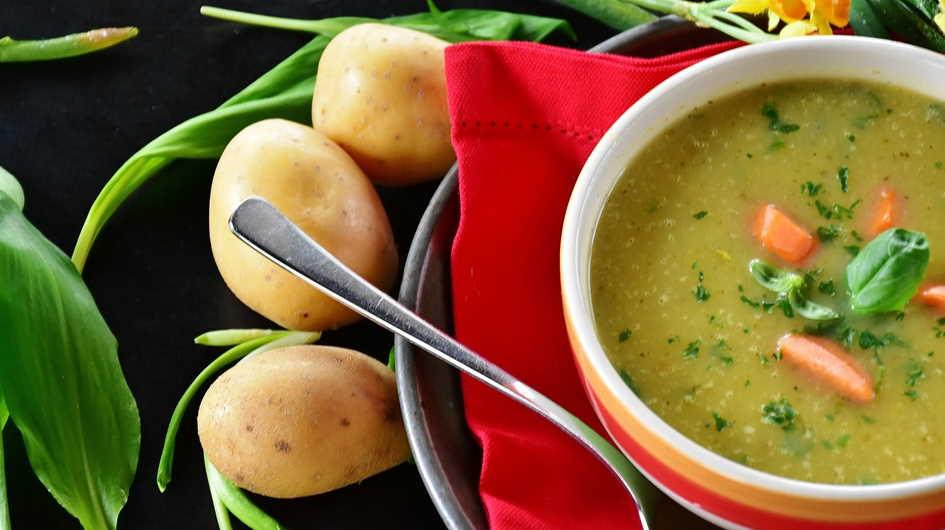 vegane Kartoffelsuppe mit Karotten und frischen Kräutern